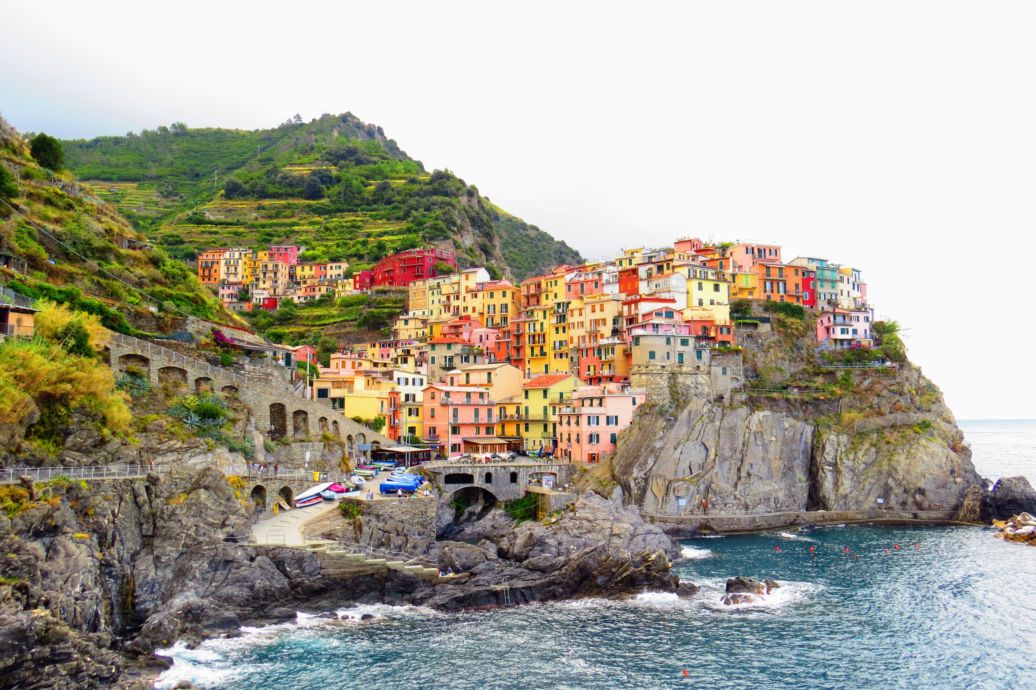 Cinque Terre. The colorful houses on the cliffs of Manarola, Italy. Backpacking Europe Q&A www.knowntoventure.com